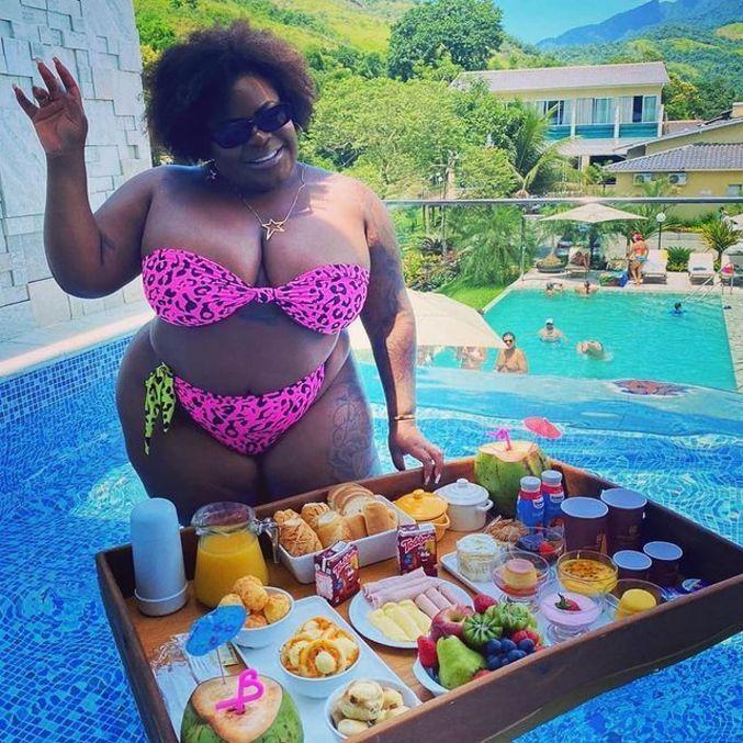Cantora foi clicada na piscina privativa da pousada