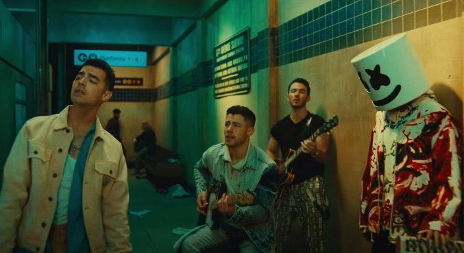 Os Jonas Brothers e o DJ Marshmello estão juntos em 'Leave Before You Love Me'