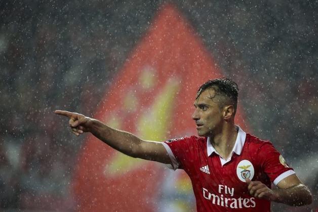 Jonas - Maior goleador brasileiro da história do Benfica, com 137 gols, o atacante teve passagem boa no Grêmio e no Santos no futebol brasileiro. Saiu daqui em baixa, mas se recuperou na Europa, tanto em Portugal, quanto no Valencia, da Espanha.