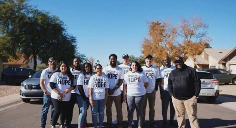Jonathan Jones e sua equipe ajudam a alimentar a comunidade com o Smokin' Hope