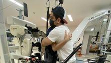 Jonathan Nemer abraça mãe pela 1ª vez após cinco meses de internação