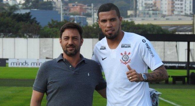 Jonathas fez um gol pelo Corinthians. Fracassou em campo. Mas processa o clube