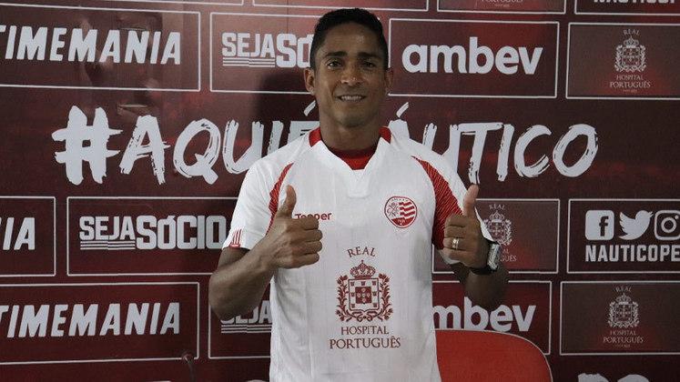 JORGE HENRIQUE, aos 38 anos, é outra alternativa ofensiva do Timbu. O atacante perambulou por clubes como Corinthians, Athletico-PR, Botafogo, Internacional e Vasco.
