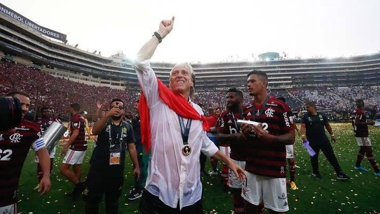 JORGE JESUS - Chegou com certa expectativa, embora tenha feito história no futebol brasileiro com apenas seis meses de Flamengo. Conquistou numa leva só a Libertadores e o título Brasileiro. Veio, viu e venceu, mas voltou para a terrinha, onde dirige agora o Benfica.