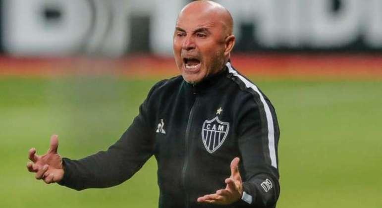 Trabalho de Sampaoli questionado por bilionários que bancam o time do Atlético