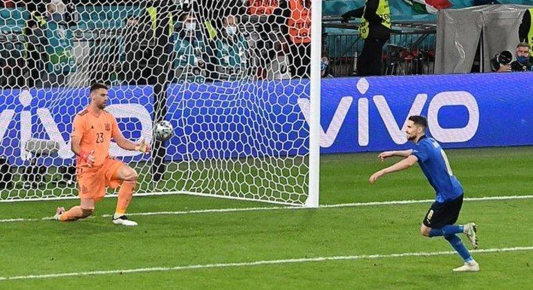 Jorginho cobrou com malícia e técnica o pênalti decisivo. Itália na final da Euro