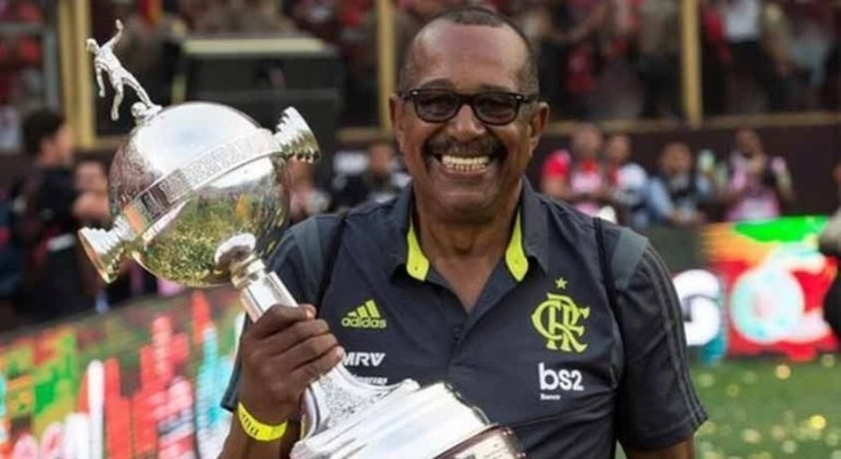 Jorginho, massagista do Flamengo há mais de 40 anos, faleceu em maio aos 68 anos também em decorrência da Covid. Ele estava internado e sofreu uma parada respiratória.