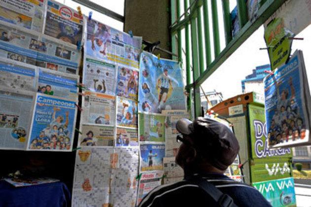 Jornais com Maradona na capa são expostos como forma de lembrança de um ídolo.