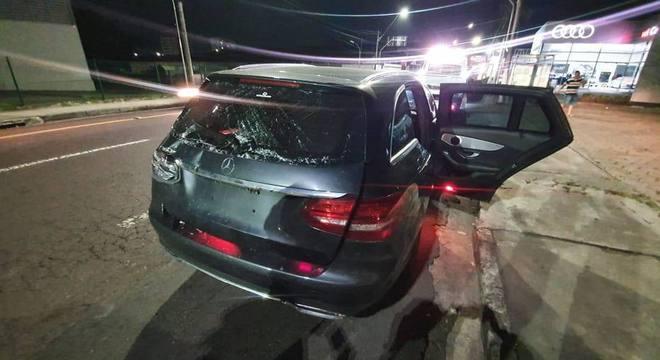 O veículo que Alex Braga dirigia quando foi alvo de atentado em Manaus