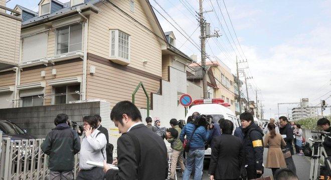Repórteres se reuniram em frente à casa do suspeito na província de Kanagawa, nesta terça-feira