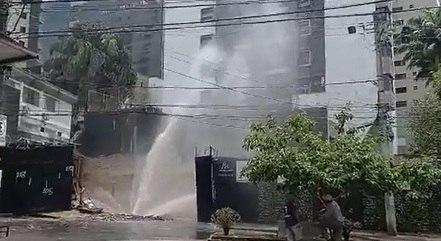 Moradores registraram a água jorrando no local