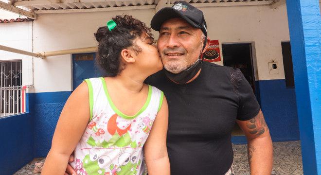José Cabral e a filha Desirrée, de 9 anos, que estuda na escola do Nova Canaã
