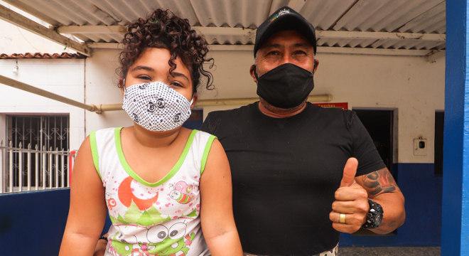 Pai e filha protegidos por máscaras de tecido para evitar a pandemia de covid-19