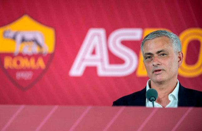 JOSÉ MOURINHO: demitido do Tottenham, da Inglaterra, o treinador firmou contrato com a Roma. Ele assinou por três anos e assume o lugar do compatriota Paulo Fonseca
