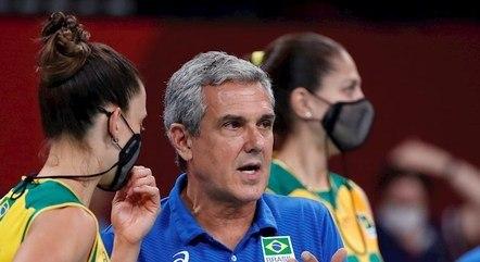 Zé Roberto dá orientações no jogo contra Rússia