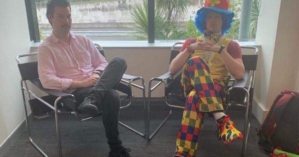 Funcionário leva palhaço para lhe dar apoio em reunião de demissão