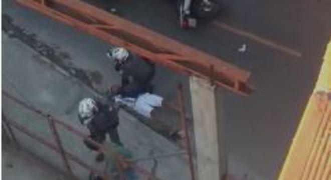 Policial apoia joelho no peito de rapaz, que desmaia logo em seguida