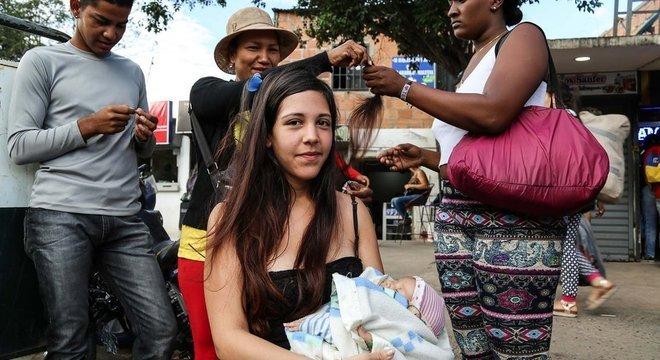 Laura Castellanos vendeu o cabelo para comprar injeções de insulina para a filha