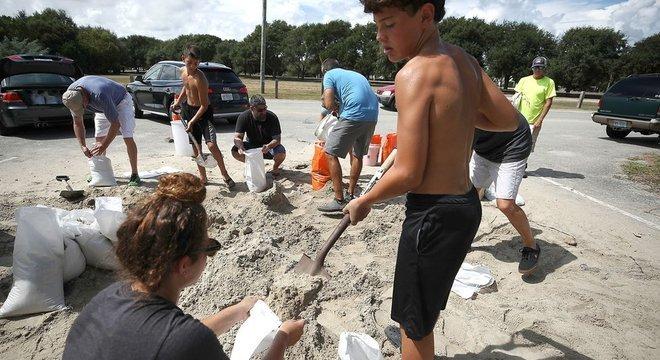 Em Charleston, Carolina do Sul, as pessoas compraram centenas de baterias, lanternas, lonas de plástico e sacos de areia