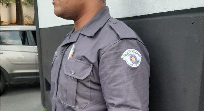 Uniforme tinha detalhes similares aos utilizados por policias da PM