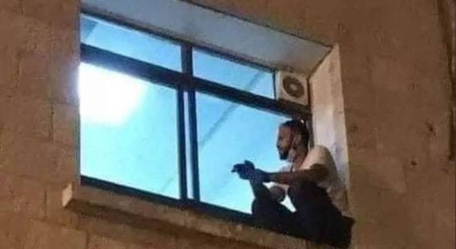 Jihad Al-Suwaiti se despediu de sua mãe pelo lado de fora da janela do hospital