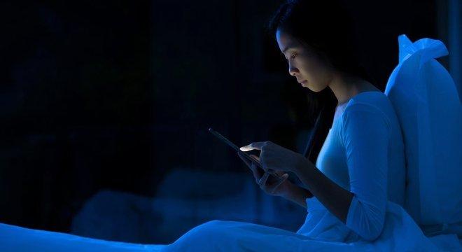 Especialistas recomendam que celulares sejam deixados longe dos quartos depois das 22h