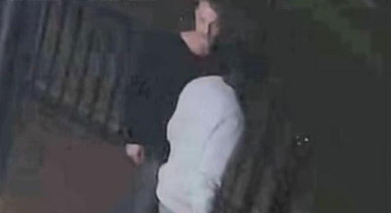 A dupla acima discutiu com a vítima antes do ataque realizado por um terceiro homem