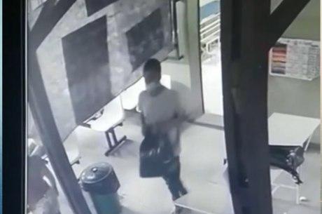 Suspeito pegou a sacola dentro de uma sala do posto