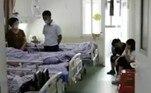 Segundo o tabloide britânico Daily Mail, em 2015, o paciente identificado como Chen chegou ao Primeiro Hospital Afiliado da Universidade de Wuchang, na província de Jiangsu, com perda de sensibilidade na parte superior direita do corpo