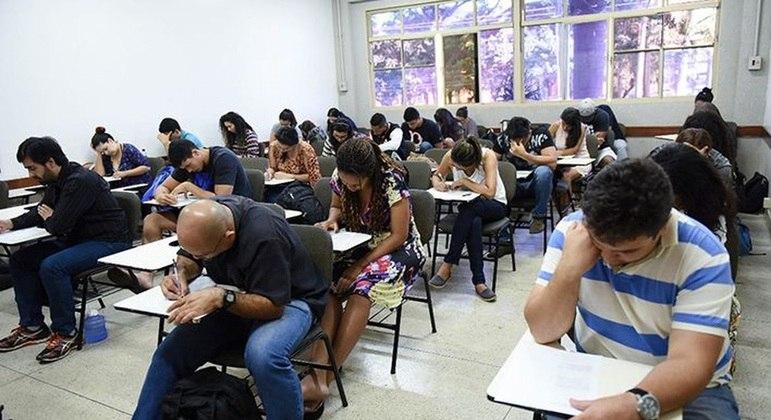 Adultos e jovens fazem a prova do Encceja em busca de um diploma