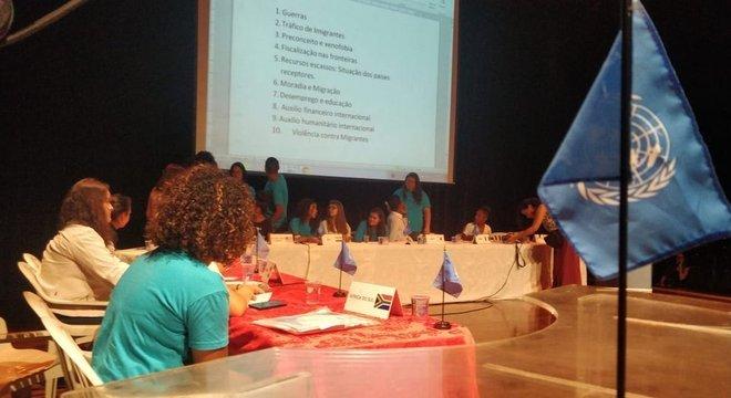 Jovens participando de simulação da ONU na EMEFM Owaldo Aranha Bandeira de Mello