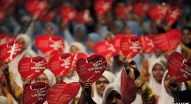 Dia de São Valentim é famoso até mesmo em alguns países muçulmanos - onde gera polêmica e protestos, muitas vezes