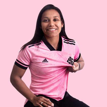 Ju Ferreira, jogadora do Internacional, também posou com a camisa.