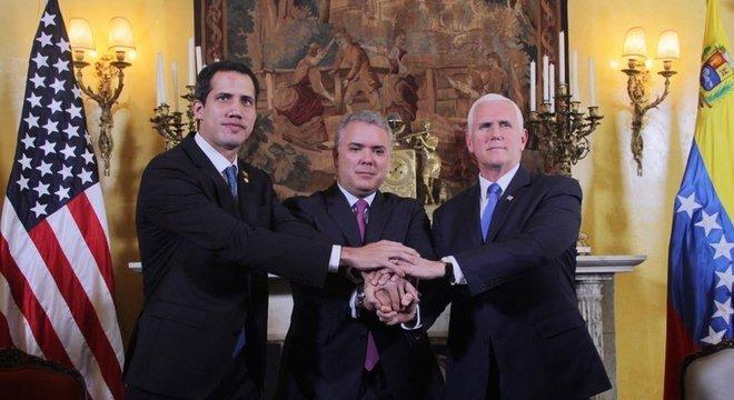 O venezuelano Juan Guaidó, o presidente colombiano Iván Duque Márquez e o vice-presidente dos EUA, Mike Pence, apertam mãos no encontro do Grupo de Lima