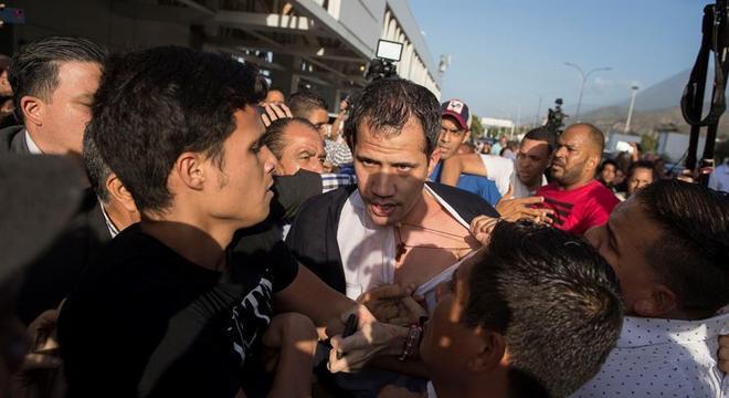Líder opositor foi hostilizado por funcionários da Conviasa