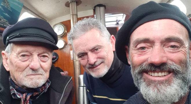 """""""Missão cumprida!"""": Reencontro com pai (esquerda) e irmão (centro), na chegada a Mar del Plata"""