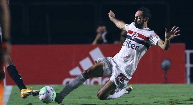 Juanfran, outra atuação péssima. Não tem futebol para ser lateral titular do São Paulo