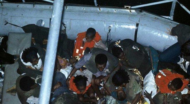 No início, os refugiados eram levados para um navio israelense, que os transportava para Israel
