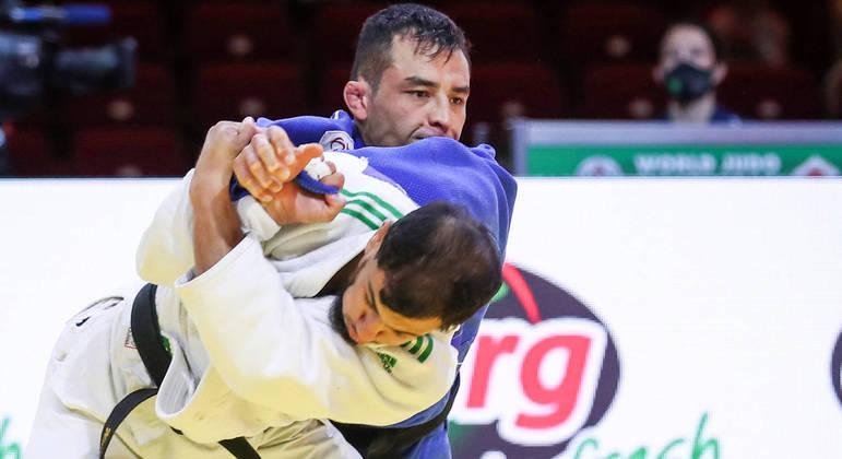 Judoca argelino Fatih Nourine (de azul) desistiu de lutar em Tóquio