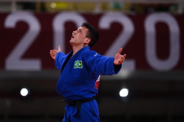 Judoca comemora o terceiro lugar na categoria até 66kg.