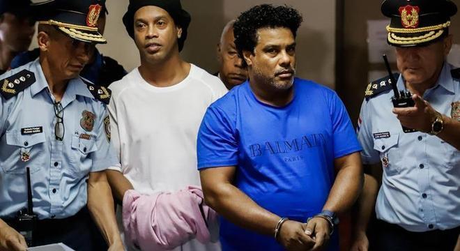 Constrangedor. Ronaldinho e Assis algemados no Paraguai