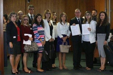 Juízes e promotores entregam assinaturas