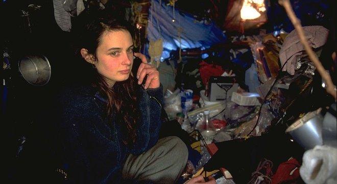 Julia se comunicava por meio de um telefone celular carregado com energia solar