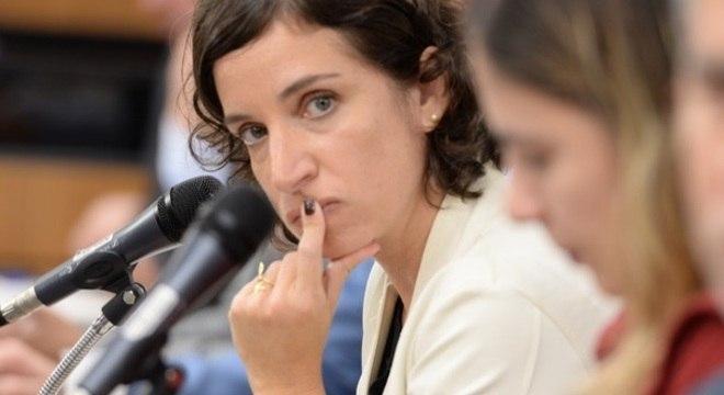 Secretária de Educação, Julia Sant'Anna participa da coletiva