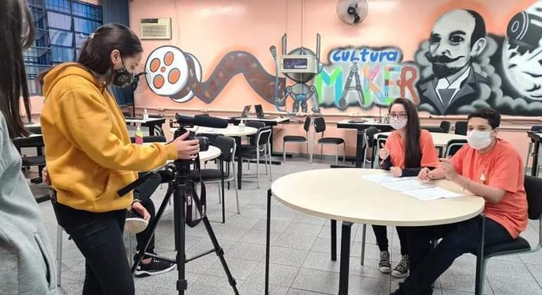 """Ao lado dos colegas Julia participa do projeto de telejornalismo """"Pandemia da Desinformação"""""""
