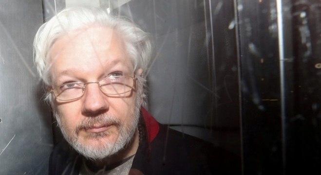 Assange seria pai de duas crianças, de 1 e 2 anos, com advogada britânica