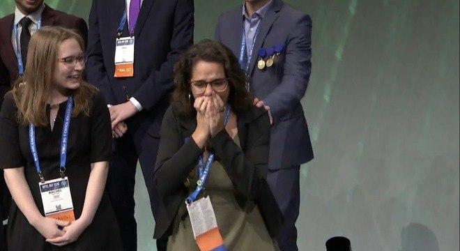 Juliana Estradioto ao receber a premiação nos Estados Unidos