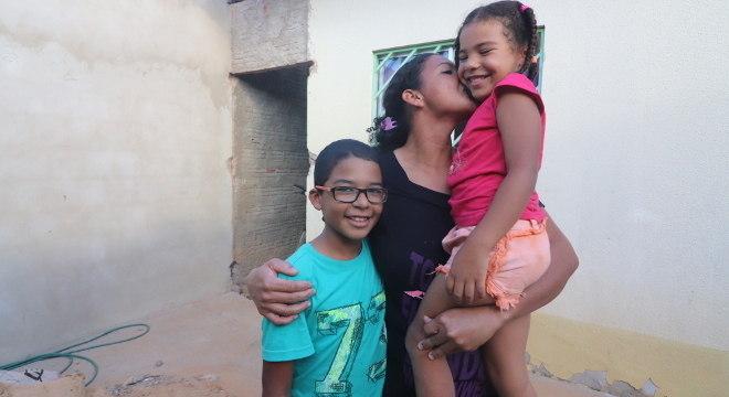 Juliana e os filhos Artur Gabriel e Laura Sofia, que estudam no Projeto Nova Canaã