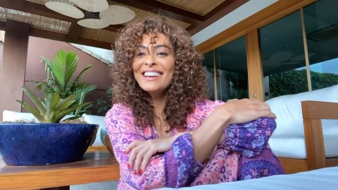 Juliana tem compartilhado, nas redes sociais, fotos e vídeos em que aparece com o cabelo cacheado, seu tipo natural