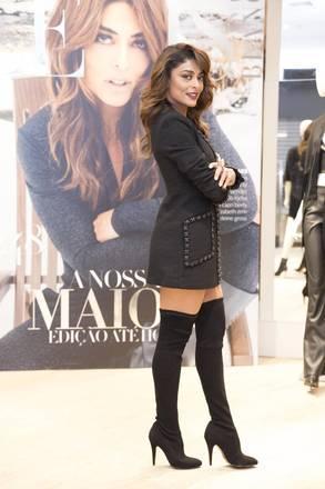 Já em clima de outono, a atriz usou uma bota acima dos joelhos